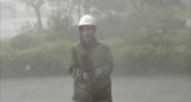Clip nữ phóng viên suýt bị gió thổi bay vì mưa lớn khi đang truyền hình trực tiếp từ tâm bão Quảng Bình