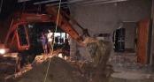 Thuê máy xúc phá nát nhà hàng xóm vì tranh chấp đất mặt đường