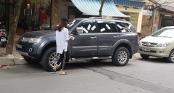 Hà Nội: Cô gái dán băng vệ sinh đầy lên ôtô đỗ chắn lối đi trước cửa