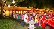 Bản sắc Việt bừng sáng Văn Miếu hút hồn khách du lịch nước ngoài