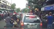 Kẻ trộm thản nhiên áp sát xe máy rạch túi, móc đồ giữa Hà Nội