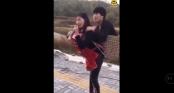 Hình ảnh người vợ vừa cõng chồng, vừa bế con đi hát rong kiếm sống đang thu hút cư dân mạng