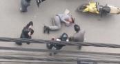 Bị nhóm người cầm gậy vụt liên tiếp giữa đường, nam thanh niên lái ô tô ôm mặt khóc xin tha