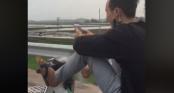 Giật mình thon thót nam thanh niên bỏ hai tay chơi điện tử, dùng chân điều khiển xe máy phóng như gió trên đường