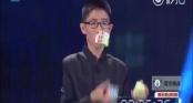 Cậu bé tung hứng xoay rubik cực đỉnh khiến triệu người kinh ngạc