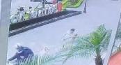 Clip: Cẩu tặc táo tợn cướp chó ngay trước sảnh chung cư ở Hà Nội, kéo lê cả chủ hàng chục mét