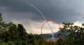 Vòi rồng khổng lồ cao hàng trăm mét hút nước từ hồ thủy điện Rào Quán lên trời