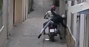 Người Sài Gòn bị cướp đi Exciter lao vào nhà giật dây chuyền trên cổ, đánh túi bụi