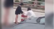 Hai cô gái liều lĩnh dừng ô tô \