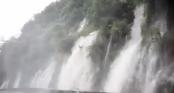 Clip: Nước lũ đổ như thác xuống đường tạo nên cảnh tượng vừa đáng sợ vừa kỳ vĩ ở Hà Giang