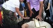 Tân Hoa hậu Hòa bình Thái Lan nức nở quỳ lạy cha mẹ