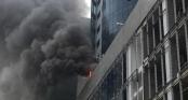 Khói đen kín trời từ tòa nhà đang xây dựng ở Hà Nội, nhiều người hoảng hốt