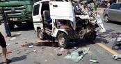 Đầu xe nát bét sau cú tông trực diện với xe tải, tài xế thoát chết kỳ diệu