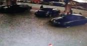 Mẹ mải đổ xăng không để ý, con 2 tuổi bị ô tô tông kéo lê dưới gầm