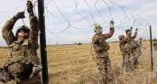 Mỹ dựng nhiều hàng rào dây thép gai để ngăn chặn dòng người di cư