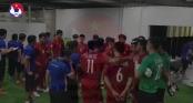 Xúc động hình ảnh thầy Park ân cần với học trò trước và sau trận chung kết lượt đi AFF Cup 2018