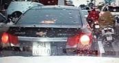 Video: Lùi xe đâm vào ô tô phía sau, thanh niên còn bắt nữ tài xế xin lỗi