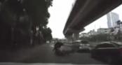 Clip: Thanh niên chạy xe máy đâm 2 người đi trước ngã văng xuống đường