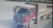 Thót tim pha thoát chết ngoạn mục của cô gái khi bị cuốn vào gầm xe tải