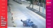 Thanh niên tung 1 cước nhanh như cắt hạ gục tên trộm xe máy khiến cư dân mạng bái phục