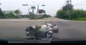 Clip: Xe máy không người lái bất ngờ đổ kềnh như \