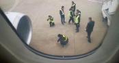 Máy bay hoãn chuyến khẩn vì hành khách ném đồng xu vào động cơ
