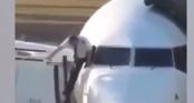 Phi công hớt hải trèo qua cửa sổ máy bay vào buồng lái vì quên chìa khóa