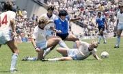 Xem lại pha solo kinh điển để ghi bàn thắng thế kỷ của cố huyền thoại Diego Maradona