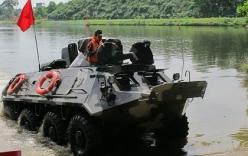 Xem bộ đội Việt Nam lái xe thiết giáp đi… bơi