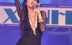Thu Minh, Thủy Tiên diện quần ngắn lên sân khấu