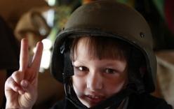 Những em bé bị lôi kéo cầm súng chống Gaddafi