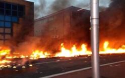Trực thăng đâm vào tòa tháp ở London, bốc cháy ngùn ngụt