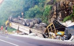 Đổ đèo Cù Mông, xe tải lật nhào