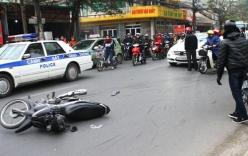 Xe Mercedes gây tai nạn liên hoàn, hất 2 người lên ca pô khi bỏ chạy