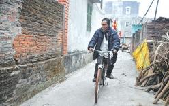 Chuyện khó tin về người đàn ông mù biết đi xe đạp có 10 vợ