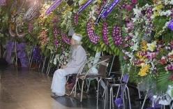 Xúc động ảnh mẹ Nguyễn Quang Dũng cô đơn bên vòng hoa tang