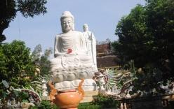 """Bi hài chuyện dân làng tranh nhau """"thỉnh"""" nước Phật về trị bệnh"""