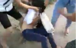 Clip nữ sinh đánh nhau, lột tung cả áo bạn gái giữa đường