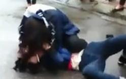 Nữ sinh đánh nhau giữa đường, người lớn khoanh tay đứng nhìn