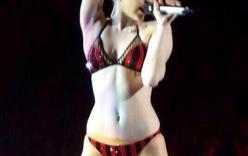 Miley Cyrus mặc độc đồ lót trình diễn trên sân khấu