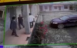 Côn đồ tiếp tục xông vào nhà máy, túm cổ giám đốc, đánh cả công an