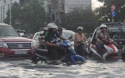 Sài Gòn ngập trong nước, người dân