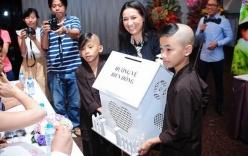 Phi Nhung cùng con nuôi đi quyên góp cho quỹ Biển Đông