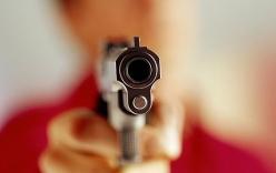 Cãi nhau trong quán café, chồng rút súng bắn chết vợ