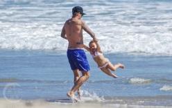 Beckham khoe thân hình đáng mơ ước khi chơi đùa với Harper