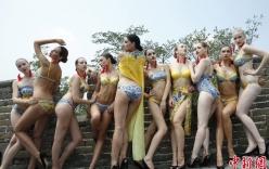 Người mẫu diện bikini tạo dáng sexy ở Vạn Lý Trường Thành gây tranh cãi