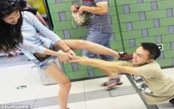 Cô gái xinh đẹp đạp vào mặt bạn trai liên tiếp giữa chốn đông người