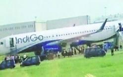 Máy bay Ấn Độ chở 150 người bốc cháy khi hạ cánh