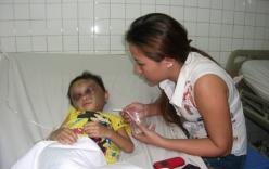 Vụ bé gái 4 tuổi bị đánh dã man: Cha dượng bắt Ngân quỳ trong 4 giờ