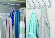 Tác hại nguy hiểm khi móc quần áo sau cửa phòng ngủ